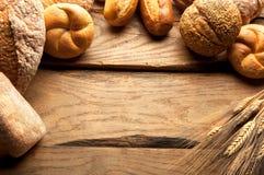 Разнообразие хлеба на деревянном столе Стоковое фото RF