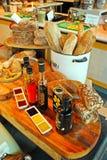 Разнообразие хлеб на деревянном лотке Стоковое Изображение RF