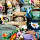 Разнообразие цветастых керамических баков в старом селе Стоковые Фотографии RF