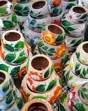 Разнообразие цветастых керамических баков в старом селе Стоковое Фото