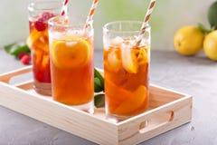 Разнообразие чая со льдом в высокорослых стеклах Стоковая Фотография RF