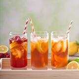 Разнообразие чая со льдом в высокорослых стеклах Стоковые Изображения