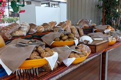Разнообразие черно-белого хлеба в турецкой гостинице стоковая фотография rf