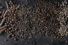 Разнообразие черных перцев стоковая фотография