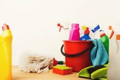 Разнообразие чистящих средств дома на таблице стоковые изображения rf