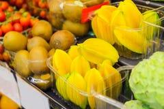 Разнообразие экзотических плодоовощей в пластичных подносах в супермаркете, vegetable магазине, рынке фермера Органический, здоро Стоковое Фото