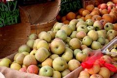 Разнообразие яблок в рынке ` s фермера Стоковая Фотография