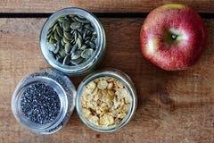 Разнообразие muesli с свежим здоровым яблоком Стоковая Фотография