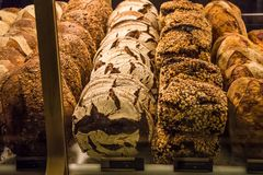 Разнообразие wholegrain хлебов аранжировало на окне хлебопекарни стоковое фото