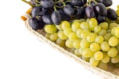 Разнообразия виноградин в плетеной корзине изолированной на предпосылке whire Стоковые Фотографии RF