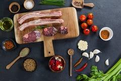 Разнообразия мяса с специями на деревянной доске Стоковые Фото