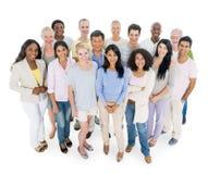 Разнообразная группа в составе вскользь люди стоковые фотографии rf