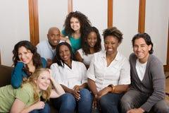 Разнообразная группа в составе женщины studing совместно стоковые изображения rf