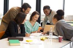 Разнообразная группа в составе изучать студентов университета стоковая фотография rf