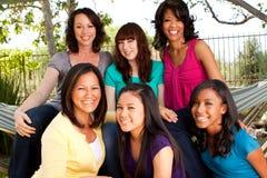 Разнообразная группа в составе матери и дочери стоковая фотография