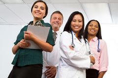 Разнообразная группа в составе медицинские провайдеры медицинских услуг изолированные на белизне стоковое фото