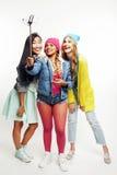 Разнообразная группа девушек нации, подростковая компания друзей жизнерадостная имеющ потеху, счастливый усмехаться, милый предст стоковое фото rf