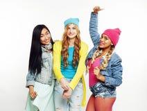 Разнообразная группа девушек нации, подростковая компания друзей жизнерадостная имеющ потеху, счастливый усмехаться, милый предст стоковая фотография
