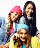 Разнообразная группа девушек нации, подростковая компания друзей жизнерадостная имеющ потеху, счастливый усмехаться, милый предст стоковые фото