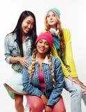 Разнообразная группа девушек нации, подростковая компания друзей жизнерадостная имеющ потеху, счастливый усмехаться, милый предст стоковое изображение