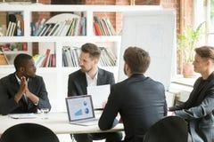 Разнообразная команда административного вопроса обсуждая работу приводит к на corpo Стоковые Фотографии RF