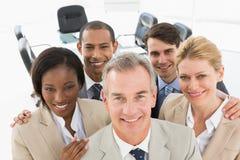 Разнообразная команда дела усмехаясь вверх на камере Стоковая Фотография RF