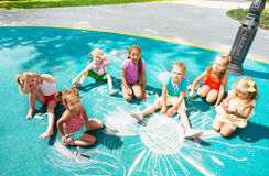 Разнообразная смотря притяжка детей с мелом стоковая фотография