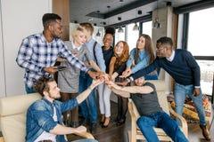 Разнообразное молодые люди рук как символ их приятельства стоковое фото rf