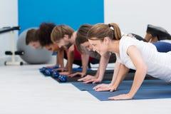 Разнообразное молодые люди разрабатывая в спортзале Стоковое фото RF
