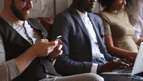 Разнообразное преследованное пристрастившийся молодые люди погруженное используя компьтер-книжки и телефоны видеоматериал