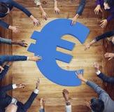 Разнообразные бизнесмены вокруг символа валюты Стоковое фото RF