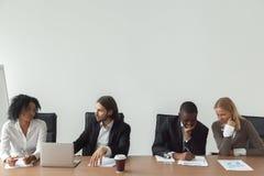 Разнообразные бизнесмены работая говорить на столе переговоров, cor Стоковая Фотография RF