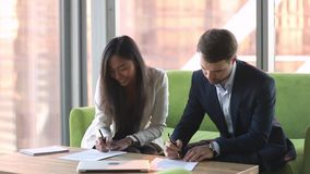 Разнообразные деловые партнеры или рукопожатие менеджера и клиента подписывают контракт видеоматериал