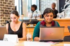 Разнообразные женские клиенты используя интернет в кофейне стоковая фотография rf