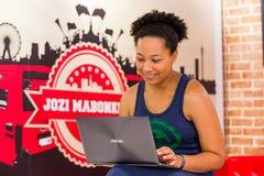 Разнообразные женские клиенты используя интернет в кофейне стоковое фото