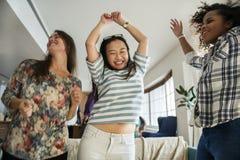 Разнообразные женщины танцуя совместно имеющ потеху Стоковые Изображения