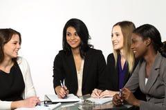 Разнообразные и уполномочиванные женщины готовые для дела стоковые изображения rf