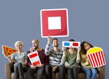 Разнообразные люди со значками фильма стоковые фото