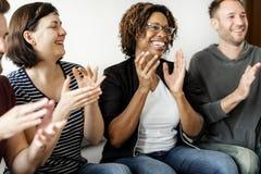 Разнообразные люди хлопая совместно усмехаться стоковое изображение rf