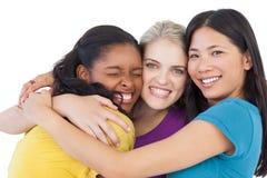 Разнообразные молодые женщины обнимая один другого Стоковое Изображение