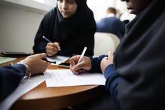 Разнообразные мусульманские девушки изучая в классе Стоковые Фотографии RF