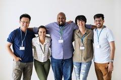Разнообразные работники стоя совместно усмехающся стоковое изображение rf