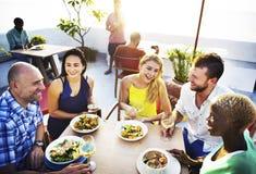 Разнообразные друзья людей вися вне выпивая концепцию Стоковая Фотография RF