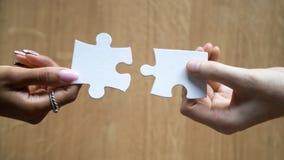 Разнообразные руки человека и женщины держа присоединяясь части соед стоковые фото