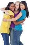 Разнообразные смеясь над женщины обнимая один другого Стоковая Фотография