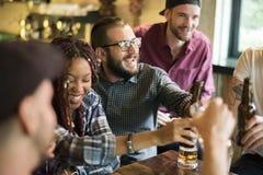 Разнообразные люди висят вне приятельство паба Стоковое Фото