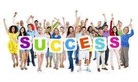 Разнообразные люди держа успех слова Стоковые Изображения