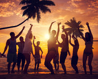 Разнообразные люди танцуя и Partying на тропическом пляже Стоковое Изображение