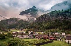 Разнообразный ландшафт путешествия поезда с водопадом в предпосылке стоковая фотография