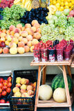 разнообразный плодоовощ fruits группа много выходят на рынок Стоковая Фотография RF